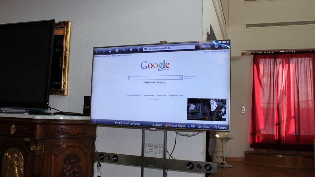 een webbrowser op een televisie, vlak voordat hij uit ergernis uit het raam werd gegooid