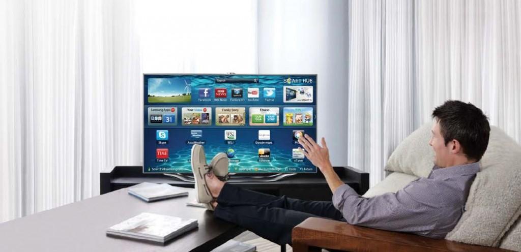Wij weten niet wat ons meer stoort: dat deze man naar zijn tv zwaait of de schoenen die hij draagt