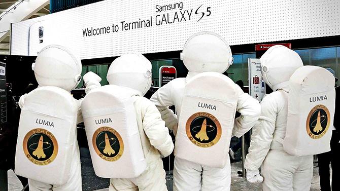 """""""Greetings, earthlings. We zijn op zoek naar een levensvorm die onze telefoons wil kopen"""""""