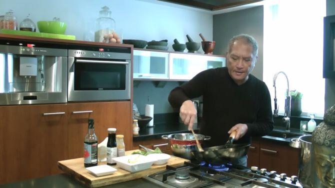 Onze Favoriete kok Lonny heeft internet wél gevonden. Hier maakt hij Bami Goreng.