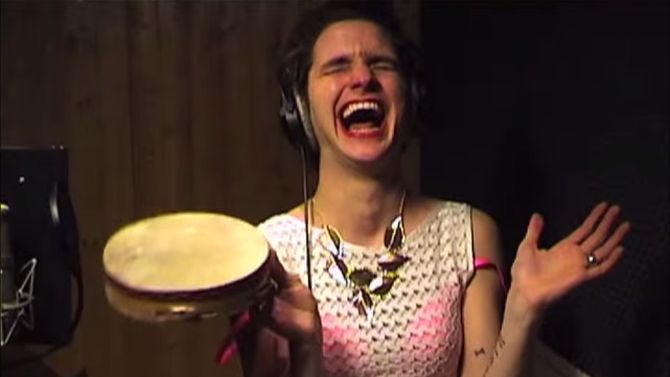 Jett Rebel draagt ook wel eens een beha en speelt dan op een tamboerijn. Lekker vrij.