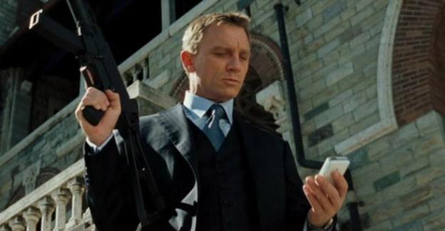 Dit zijn de acht mobiele telefoons van James Bond