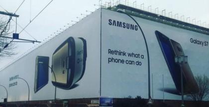 Het is alsof je door een witte tunnel richting de dood rijdt, de tocht langs de  Samsung-banner.