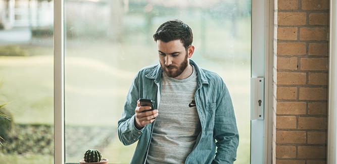 Mannetje kijkt naar smartphone