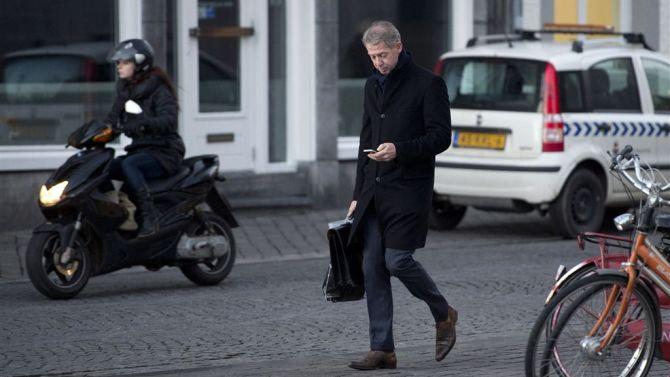 Onno check ook gewoon voor het oog even Grinder. Bron foto: www.stentor.nl