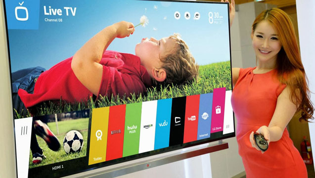 Bij de duurste tv levert LG een meisje mee die voor je zapt.
