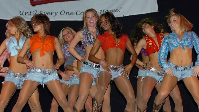 Kijk. Dansende vrouwen. Die hebben helemaal geen smartwatches nodig.