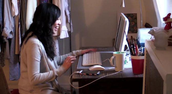 Cryssy heeft een toetsenbord en muis op haar telefoon aangesloten. Kan tegenwoordig allemaal.