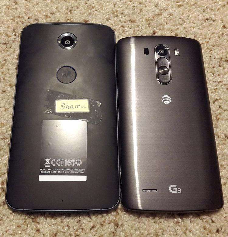 Een prototype van de 'Shamu' op een hoogpolig tapijt, naast de LG G3. (bron)