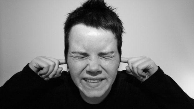 dit is niet iemand die een satéstokje nadoet, maar die naar de muziek van zijn vrienden luistert.