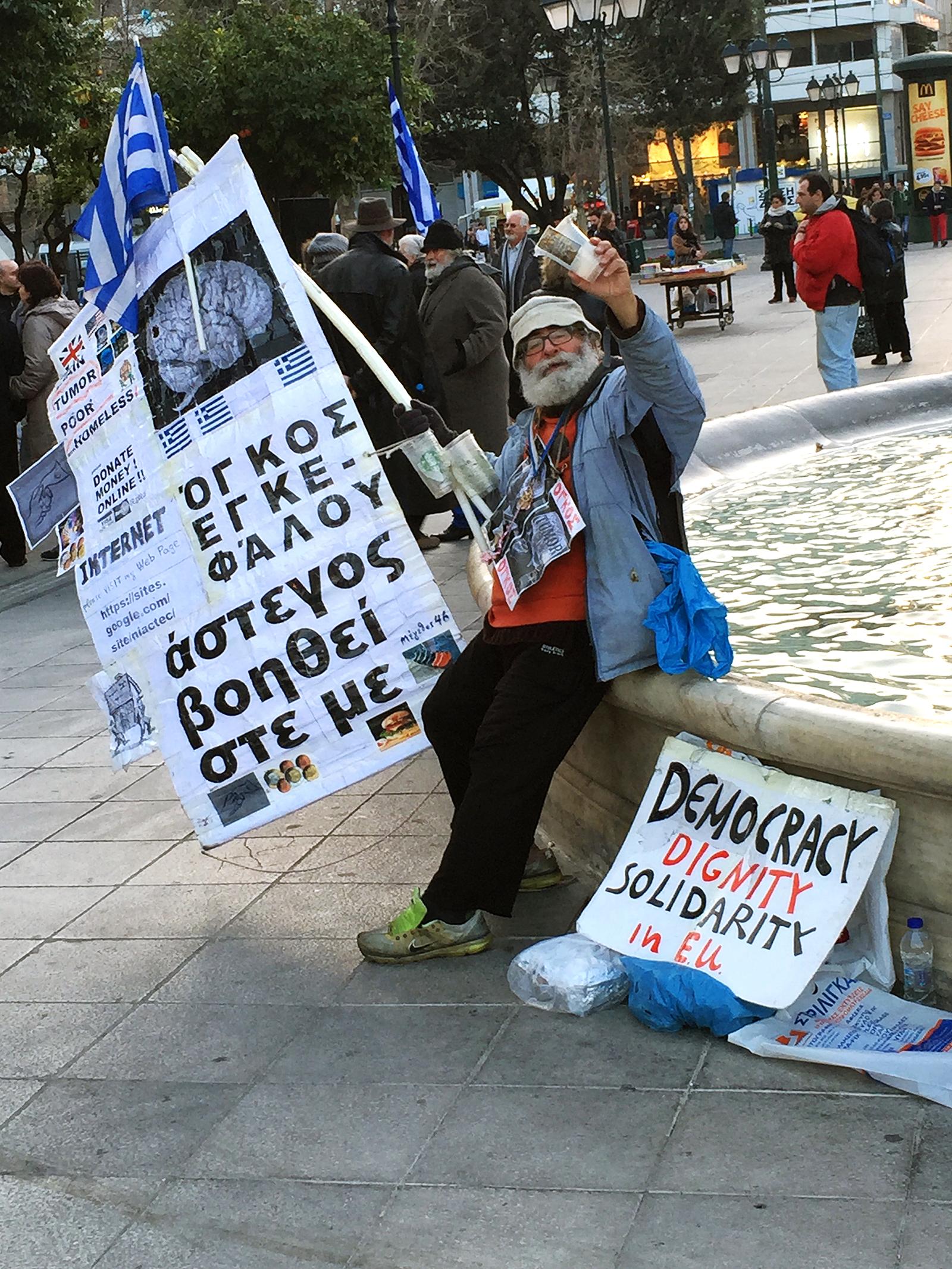 Als dit soort types op straat lopen dan kun je maar moeilijk om de financiële crisis in Griekenland heen. Fotografisch geneuzel: lichtjes ingezoomd.