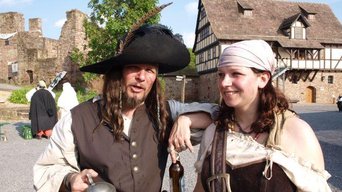 Ontmoet je je date op het Piratenfestival, omdat je zo van smartlappen houd, krijg je dit