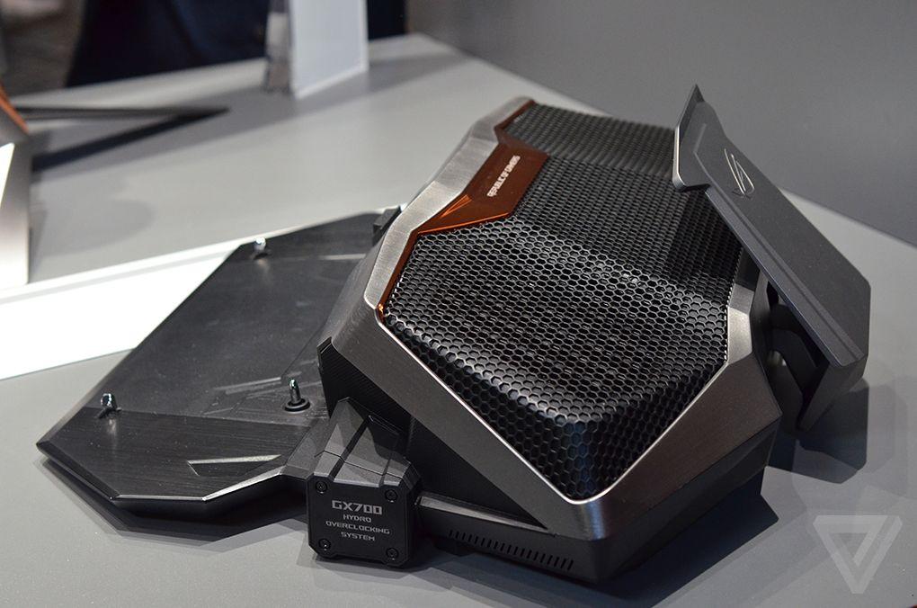 De boggel, zonder de laptop. Echt compact kun je 't niet noemen. (foto, TheVerge)