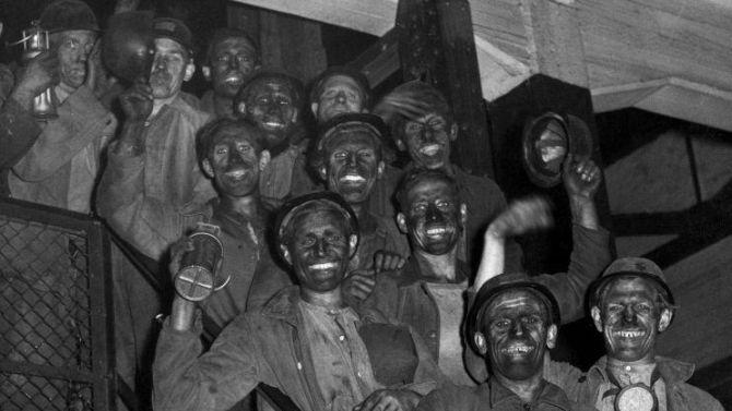 Mijnwerkers uit Limburg gaan lachend op de foto na gedane arbeid. Oktober 1946, plaats onbekend.